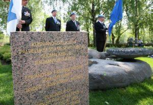 Rauhanturvaajaliiton edustajat menehtyneiden rauhanturvaajien muistomerkillä