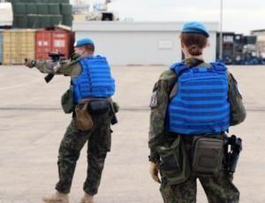 Rauhanturvaajat harjoittelevat tukikohdassa Libanonissa.